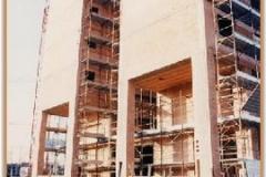 Gennaio 1994: il palazzo della farmacia cresce, manca ancora quello adiacente.