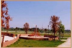 Aprile 1999: altra vista del parco giochi.